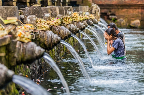 activities - Purification ritual - A magical trip to the Hindu temple of Tirta Empul to bathe in the holy spring water and receive blessings from the local priest 02- copyright Oneworld